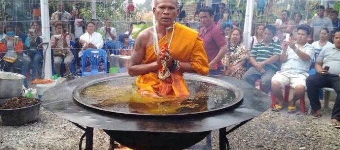 راهب بوذي يخدع الناس بالجلوس داخل قدر مليئ بالزيت المغلي