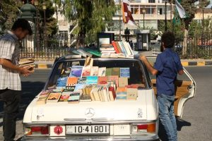 شاب أردني يوفر كتبا نادرة عبر مكتبة متنقلة في عمّان