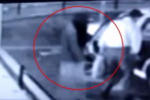 """كاميرات المراقبة تظهر صعود """" شبح """" وراء شخص في سيارة أجرة في اليابان"""