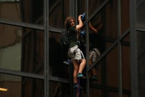 إعتقال شاب أمريكي لدى تسلقه لبرج على ملك دونالد ترامب
