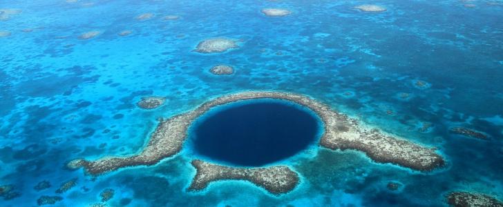 ظاهرة فريدة : حفرة عجيبة داخل المياه تجذب السياح في أوريغون