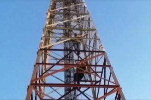 مواطنان مغربيان يعتصمان منذ عشرة أيام فوق برج إتصالات ويطلبان 118 ألف دولار !