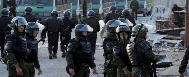 قوات مكافحة الشغب الجزائرية تمنع محتجين من الوصول لمقر البرلمان