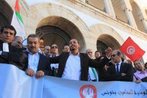 المحامون التونسيون يتظاهرون بالآلاف أمام مقر مجلس النواب في باردو