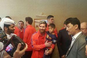 الطفل الأفغاني مرتضى يقابل ميسي أخيراً خلال مباراة الأهلي وبرشلونة