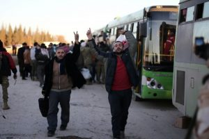 خروج أكثر من ألفي سوري من وادي بردى في إطار اتفاق الهدنة بين النظام السوري والمعارضة