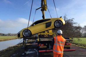بالصور عملية إخراج سيارة أودي R8 V10 بلس بعد غرقها بالكامل في أحد انهار هولندا