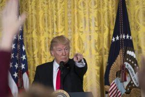 تواصل معركة الرئيس الأمريكي مع وسائل الإعلام بهجوم وانتقادات جديدة