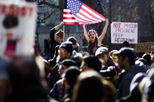 دعوات لإضراب عن العمل والدراسة احتجاجا على سياسة ترامب المناهضة للهجرة