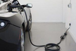 بدء بدراسة إمكانية الاعتماد على السيارات الكهربائية والهجينة في السعودية