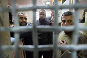 الإحتلال الإسرائيلي ينفذ العديد من الحملات الإنتقامية بحق الأسرى الفلسطينيين