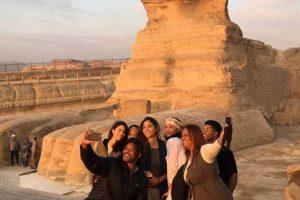 بالصور وصول النجم الأمريكي ويل سميث إلى القاهرة في رحلة سياحية