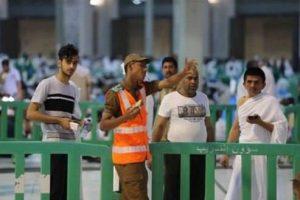 بالصور رجال أمن الحرم المكي يتنازلون عن إفطارهم لخدمة زوار بيت الله الحرام