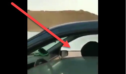 المقطع كاملا .. فيديو يوثق إنتهاء شخص خصوصية سيدة في سيارة عائلة ووسم#شاب_يعتدي_علي_قايده_سياره يتصدر الترند