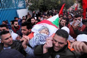 مئات الفلسطينيين يشيعون جثمان شاب فلسطيني استشهد اليوم السبت متأثرا بجراحه