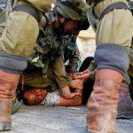 جيش الاحتلال الإسرائيلي يعتقل شبابا فلسطينيين بالضفة الغربية من سيارات الإسعاف