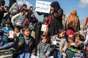 وقفة احتجاجية أمام معبر رفح الحدودي بين قطاع غزة ومصر للمطالبة بفتحه أمام العالقين الفلسطينيين