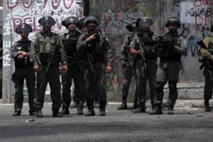 قوات الاحتلال الإسرائيلي تقمع مسيرة لعشرات الفلسطينيين في مدينة القدس المحتلة
