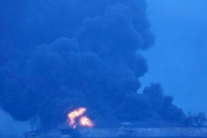 استمرار اشتعال النيران في ناقلة نفط إيرانية بعد اصطدامها بسفينة شحن صينية في بحر الصين الشرقي