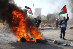 خروج الفلسطينيون إلى نقاط تمركز جيش الاحتلال على الشريط الحدودي لقطاع غزة تنديدا بقرار ترامب