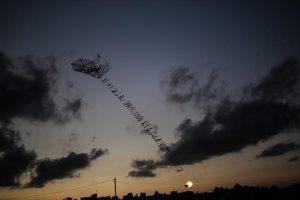 الاحتلال الإسرائيلي يهدد بالقيام بعملية عسكرية واسعة في غزة حال استمرار إطلاق الطائرات الحارقة