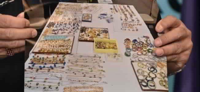 الشرطة الماليزية تكشف عن مصادرة المزيد من المجوهرات والحقائب الثمنية لرئيس الوزراء السابق