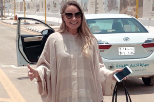 لورا ألهو أول إمرأة أجنبية مقيمة بالمملكة العربية السعودية تحصل على رخصة قيادة السيارات
