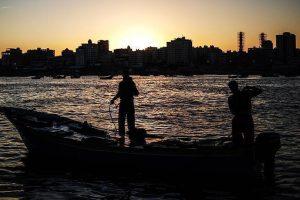 بحرية الاحتلال الإسرائيلي تطلق نيرانها على قارب صيد فلسطيني وتعتقل ثلاثة صيادين