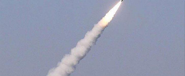 قوات الدفاع الجوي بالمملكة العربية السعودية تعترض صاروخا حوثيا في سماء مدينة جازان