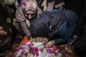 مئات الفلسطينيين يشيعون جثمان الطفل هيثم الجمل شهيد مسيرات العودة