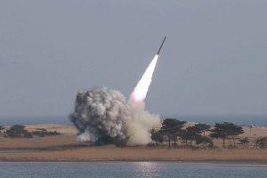 القوات السعودية تعترض صاروخ باليستي من طراز بدر 1 أطلقه الحوثيون فوق خميس مشيط