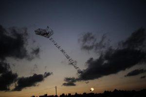 الطائرات الورقية الحارقة تشعل المزيد من الأراضي الزراعية في المستوطنات المحيطة بغزة