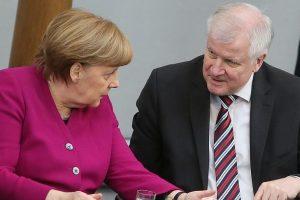وزير الداخلية الألماني يعنزم تقديم استقالته لخلافه مع ميركل حول قضية الهجرة واللجوء