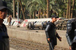 ثلاث جهات رسمية مصرية تجري تحقيقات في حادث انقلاب عربات قطار الصعيد