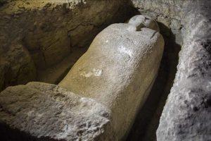 الكشف عن تابوت أثري ضخم في مدينة الإسكندرية شمال مصر عن طريق الصدفة