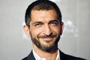 عمرو واكد يثير الجدل بعد ظهوره في إعلان مسلسل أمريكي مع مايا خليفة