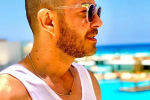 """أحمد زاهر يستمتع بإجازته على البحر: """"لكل مجتهد نصيب"""""""