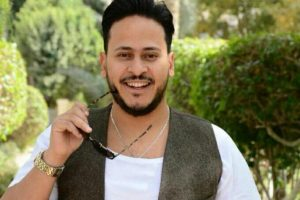كريم عفيفي يداعب نجيب ساويرس بالجلابية والشيشة من الجونة (صورة)