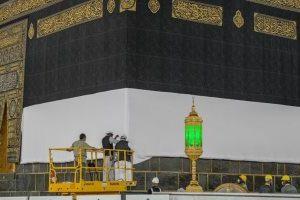 للمرة الأولى في التاريخ تضع السعودية حواجز حول الكعبة لمنع الحجاج من لمسها