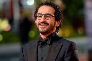 أحمد حلمي يداعب عمرو سعد بسبب حصول شقيقه على جائزة الدولة التقديرية