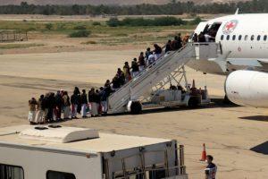طائرة تنقل 19 أسيرا من التحالف أقلعت من صنعاء في طريقها إلى السعودية
