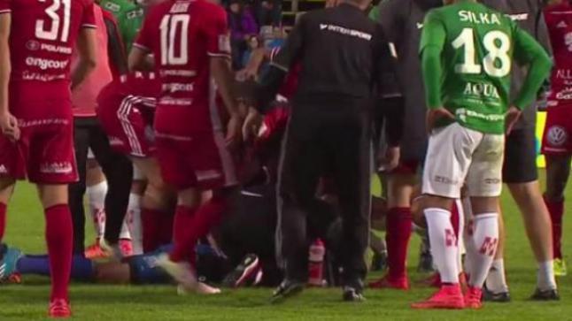 حارس مرمى يتعرض لإعتداء أثناء إحدى مباريات الدوري السويدي لكرة القدم