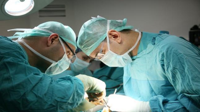 إطلاق مريضة للريح تسبب في إحتراق أجزاء من جسدها أثناء عملية جراحية !