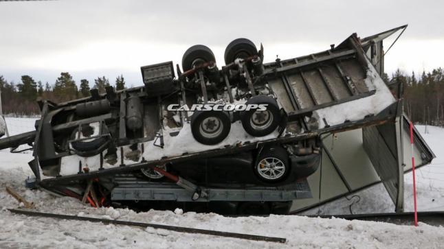 بالصور شاحنة تابعة لشركة بورش إنقلبت وبداخلها سيارتين تجارب إحداهما هي بورش 911 موديل 2019