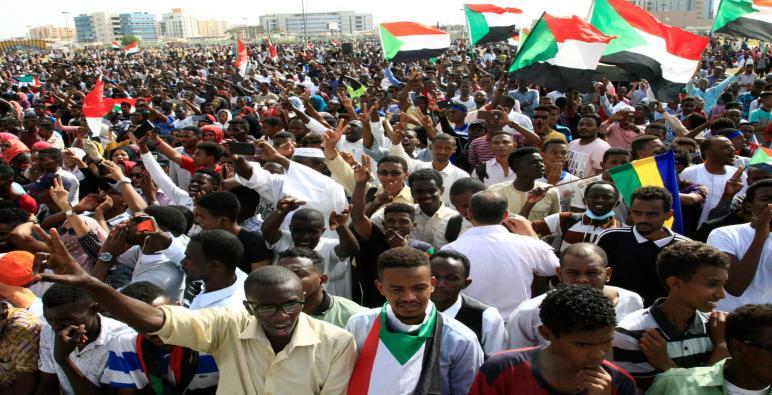 مُطالبين بإنهاء الحكم العسكري وتسليم السلطة.. مئات الآلاف في شوارع السودان