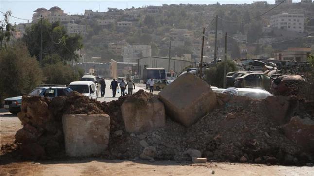 الاحتلال الإسرائيلي يغلق بلدة حزما الفلسطينية بالمكعبات الإسمنتية والسواتر الترابية